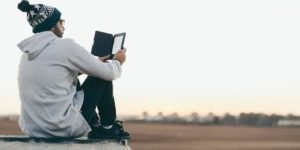 web_young-man-tablet